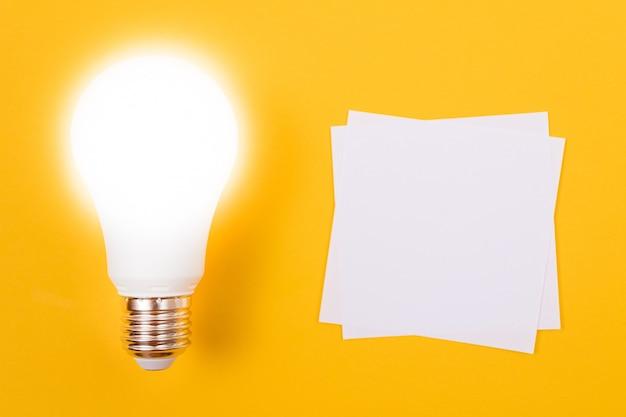 Świecąca lampa energooszczędna z białym papierem firmowym