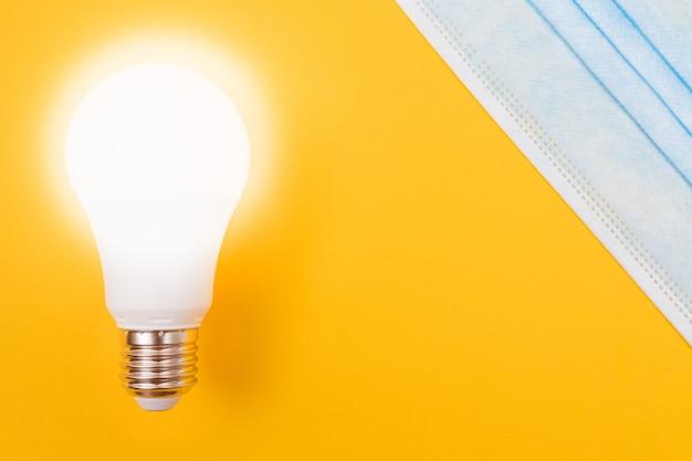 Świecąca lampa energooszczędna z maseczką medyczną .