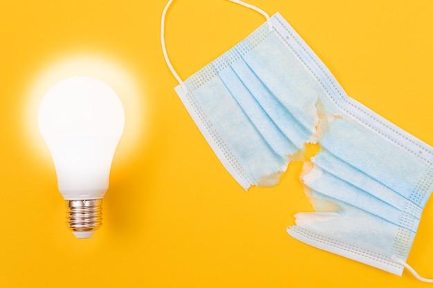 Świecąca lampa energooszczędna z rozdartą medyczną maską na twarz face