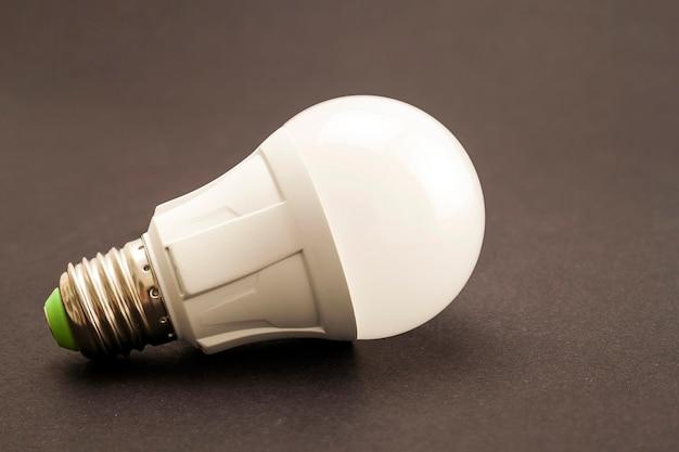 Świecąca lampa led na ciemnym tle