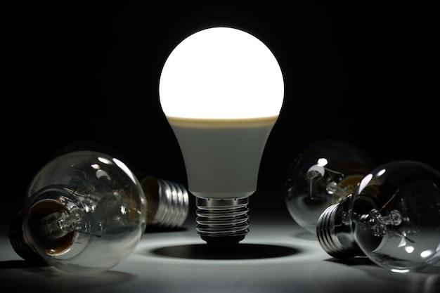 Świecąca lampa ledowa i żarowe żarówki w ciemności