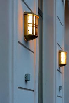 Świecąca lampa na ścianie budynku
