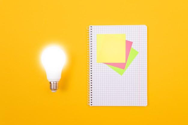 Świecąca lampka energooszczędna i notes z karteczkami samoprzylepnymi