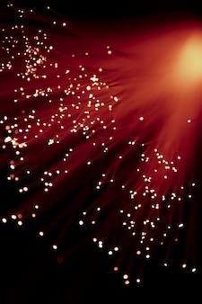 Świecące kanały światłowodowe w czerwonych odcieniach