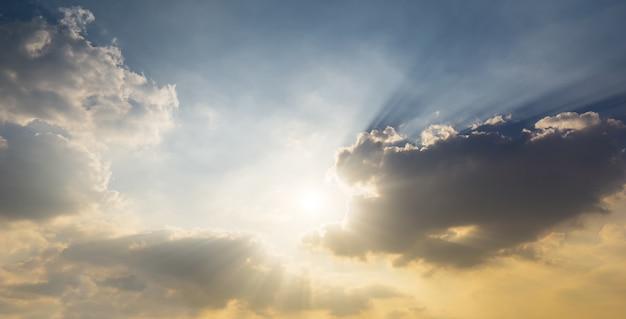 Świecące słońce na niebie i chmurach