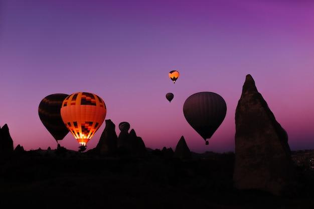 Świecący balon na gorące powietrze o świcie do gurima cappadocia