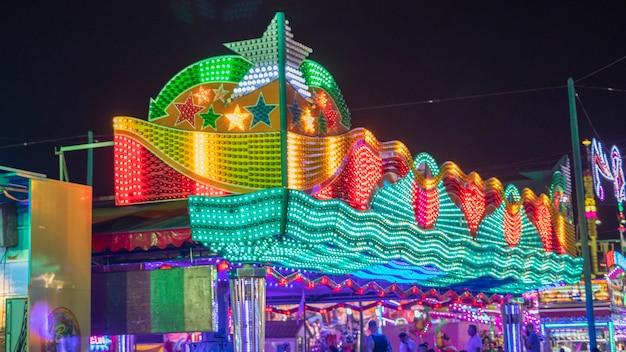Świecący park rozrywki pełen ludzi