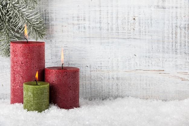 Świece bożonarodzeniowe i noworoczne na śniegu