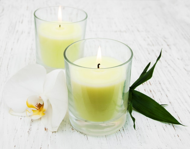 Świece i orchidea