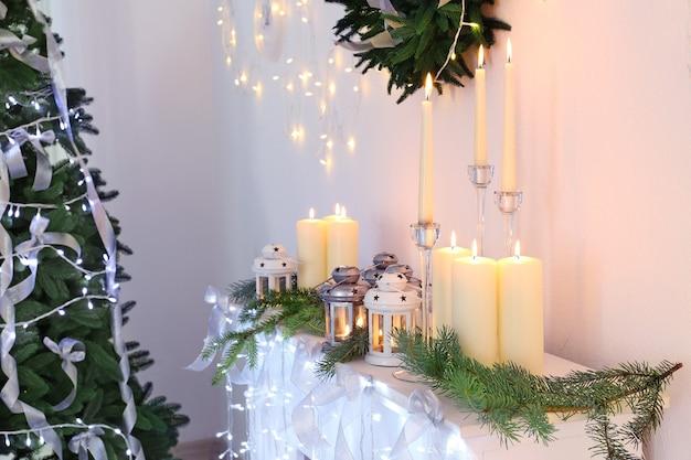 Świece i ozdoby świąteczne na kominku w pokoju
