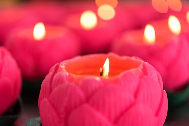 Świece kwiatowe płonące w nocy.