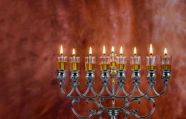 Świece menora chanuka płoną w hanukkiah w lekki dzień świąteczny.