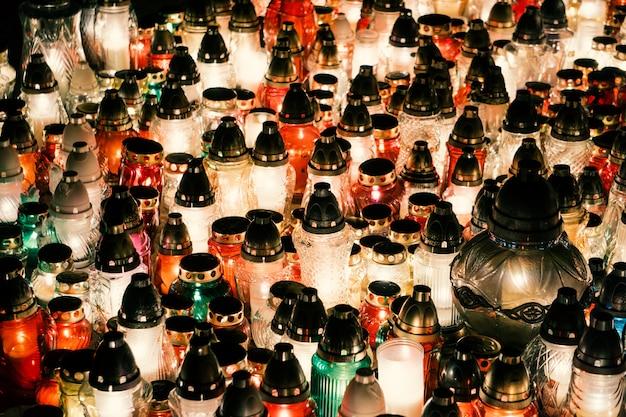 Świece na czarnym tle. płomień świecy w nocy. świece wakacyjne z bliska