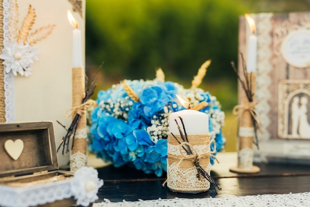 Świece na stole weselnym na bankiecie w czarnogórze.