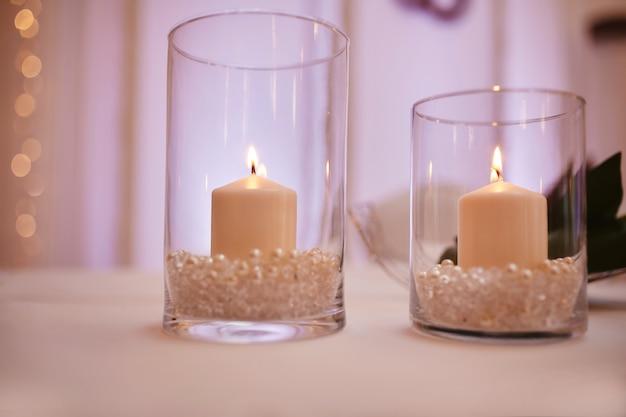 Świece na szklanym świeczniku