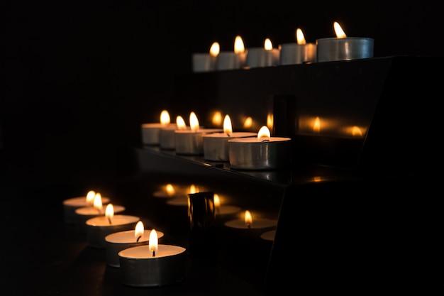 Świece na zmianę w ciemności