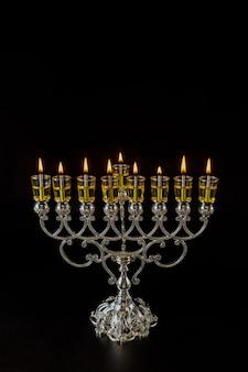 Świece olejne menora hanukkah płoną w chanukii w świetle żydowskiego święta