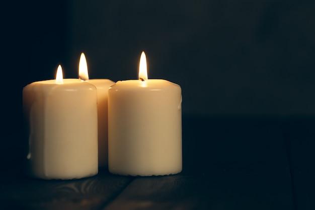 Świece płonące w ciemności. koncepcja upamiętnienia.