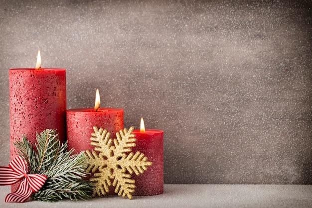 Świece świąteczne i światła. boże narodzenie tło.