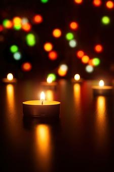 Świece świąteczne płomień lekka romantyczna dekoracja w rozmytych światłach