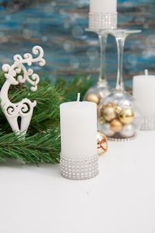 Świece świąteczne, świecznik z zabawkami choinkowymi