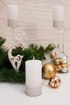 Świece świąteczne, świecznik z zabawkami świątecznymi