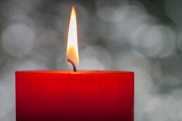 Świece świecą. gwiazdkowa świeca płonąca w nocy. świeca abstrakcyjna.
