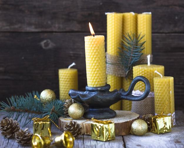 Świece wykonane z naturalnego wosku, wykonane na święta. świeca wykonana jest z plastra miodu.