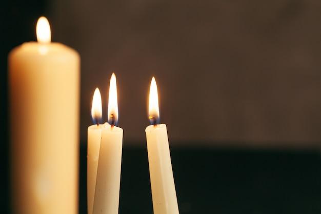 Świeczka płomienia zakończenie up na czarnym tle