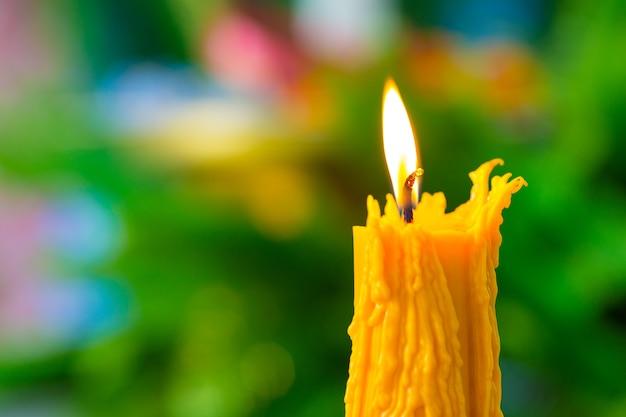 Świeczki palenie na tle zamazywali ulistnienie