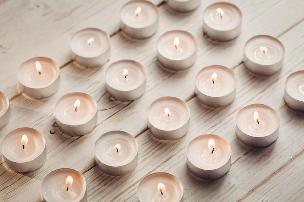 Świeczki pali na drewnianym stole