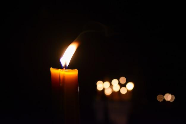 Świeczki pali przy nocy i bokeh tłem