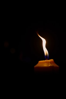 Świeczki Pali Przy Nocy I Bokeh Tłem Premium Zdjęcia