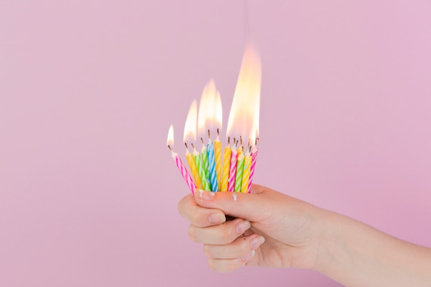 Świeczki urodzinowe i copyspace na górze