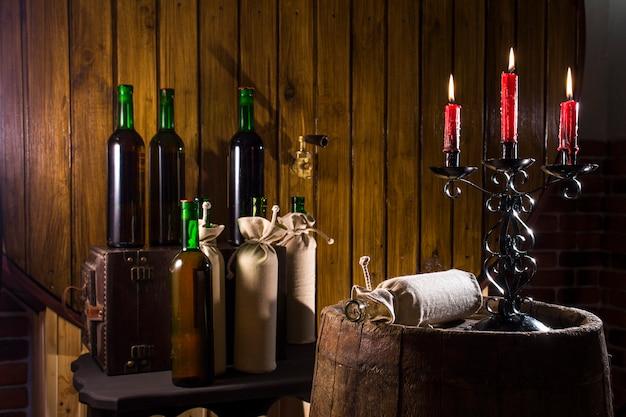 Świecznik w piwnicy z winami