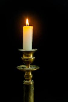 Świecznik w stylu retro z zapaloną świecą
