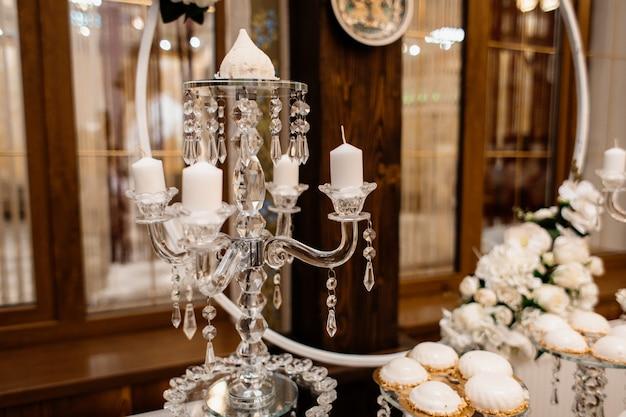 Świecznik warstwowy na świątecznym stole