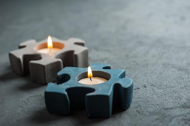 Świeczniki z płonącymi świecami