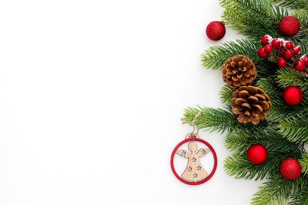 Świerk gałąź, szyszki i dekoracje vintage zabawki na boże narodzenie lub nowy rok na białym tle