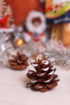 Świerk iglasty stożek na stole świąteczna atmosfera rozmazana powierzchnia