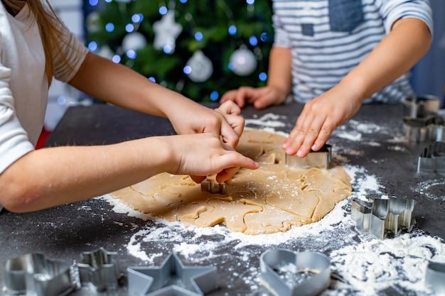 Święta bożego narodzenia i nowego roku mama i dzieci przygotowują pierniki