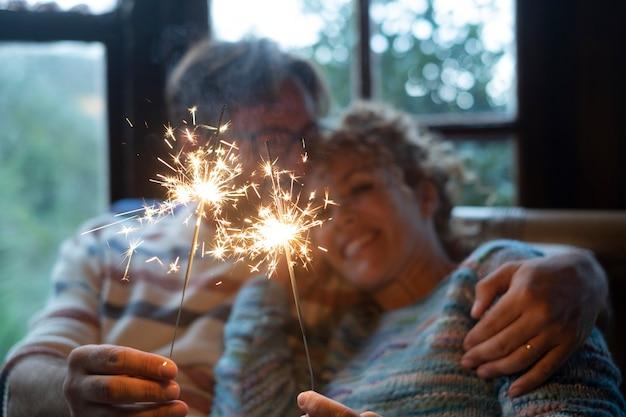 Święta bożego narodzenia i szczęśliwa para siedząca na kanapie