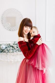 Święta bożego narodzenia i szczęśliwego nowego roku. koncepcja rodziny, matki i dziecka