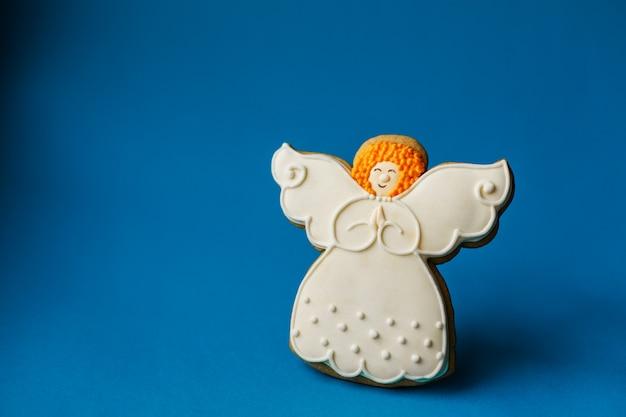 Święta bożego narodzenia nowy rok, anioł piernik cookie na niebiesko