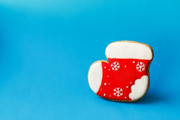 Święta bożego narodzenia nowy rok, czerwone skarpety świąteczne piernikowe ciasteczko na niebiesko