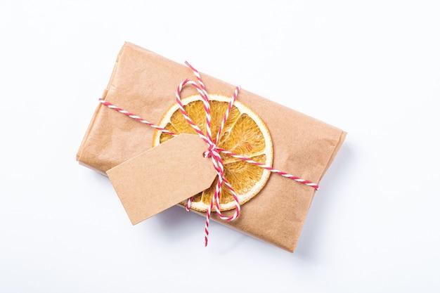 Święta bożego narodzenia pakowanie prezentów w papier zero waste z suszonymi owocami i metką