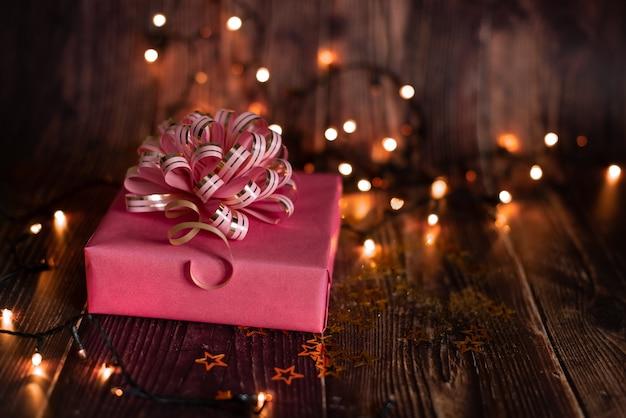 Święta bożego narodzenia, świąteczny stół z dekorowaną choinką i girlandami