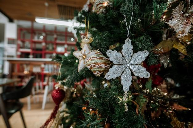 Święta bożego narodzenia wyświetlane w kawiarni