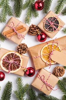 Święta bożego narodzenia zero makulatury pakowanie prezentów z metką, bombkami, suszonymi owocami i gałązkami jodłowymi