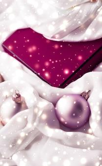 Święta branding glamour i dekoracja koncepcja boże narodzenie magia wakacje tło świąteczne bombki...